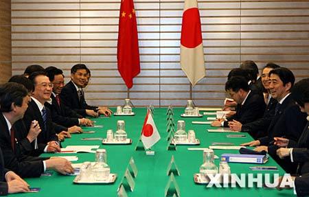 4月11日,中国国务院总理温家宝在东京同日本首相安倍晋三举行会谈。 新华社记者 樊如钧 摄
