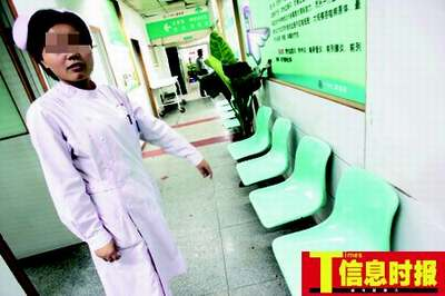 护士小刘说,当时她和保安就被绑在这排椅子上,她用嘴咬断胶布后报警。巢晓 摄