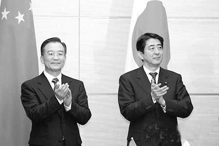 温家宝与安倍晋三会谈后,共同出席两国合作项目的签约仪式