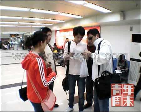 3月13日,红衣人为央视记者,最右侧白衣人为购物托。一行人正在黄冈海关等待过关