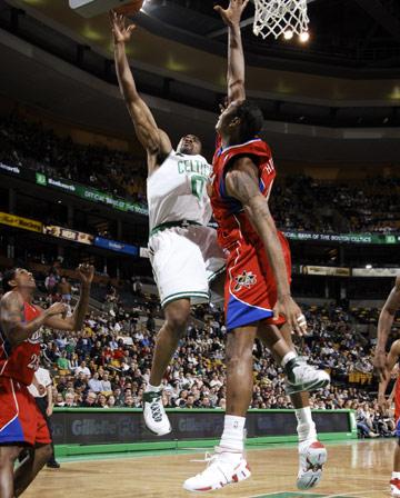 图文:[NBA]76人胜凯尔特人 昂-戈麦斯后仰勾手