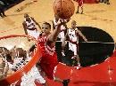 图文:[NBA]火箭VS开拓者 麦迪飞身强行上篮