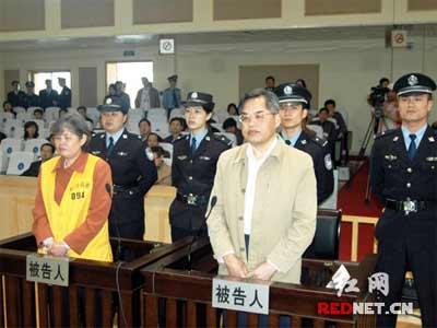 (李大伦(右)和妻子陈立华站在被告席上。【梁建军摄影】)