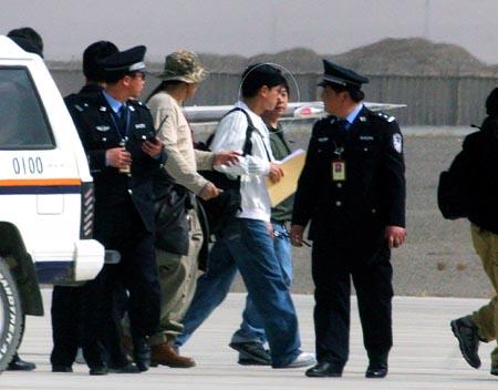 刘德华专机抵《三国》拍摄地粉丝包车追星(图)