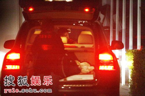 可以很清楚的看到田亮正指挥女友叶一茜在后备箱拿东西