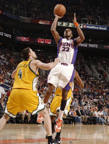 图文:[NBA] 太阳胜超音速 詹姆斯-琼斯突破上篮