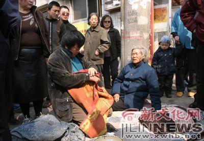 谎言被拆穿,收拾东西准备走 本报记者 郭诺 摄