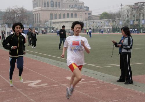 栗娟(右一)正在指导队员训练 吴鹏摄