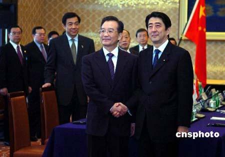温家宝和日本首相安倍晋三一同出席了在东京举行的该机制启动会议