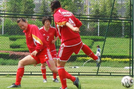 女足队员在对抗赛中