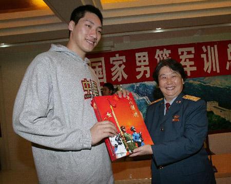 图文:[CBA]男篮军训汇报表演 空军指挥学院向唐正东赠送礼