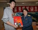 图文:[CBA]男篮军训汇报表演 向孙悦赠送礼物