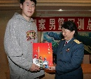图文:[CBA]男篮军训汇报表演 向张松涛赠送礼