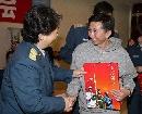 图文:[CBA]男篮军训汇报表演 白喜林接受礼物