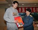 图文:[CBA]男篮军训汇报表演 向莫科赠送礼物