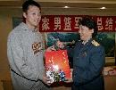 图文:[CBA]男篮军训汇报表演 龚松林接受礼物
