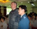 图文:[男篮]军训圆满结束 教官与尤纳斯合影