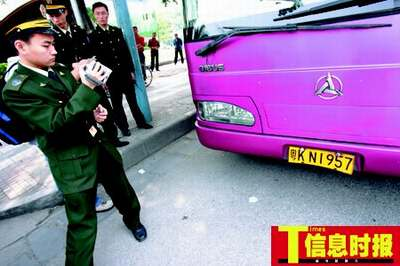 昨日,运政人员查处了非法运营的野鸡车。