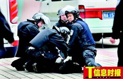 11:50  疯汉被4个警察按在地上仍强烈挣扎。郭柯堂 摄