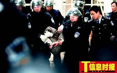 11:55 疯汉被打完镇静剂后被警察押解上救护车离开现场。郭柯堂 摄