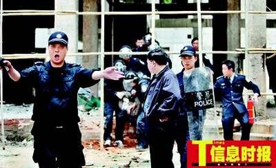 打完镇静剂后,疯汉被警察押解上救护车离开现场。