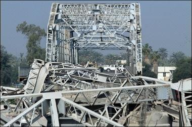 被炸毁的跨河大桥