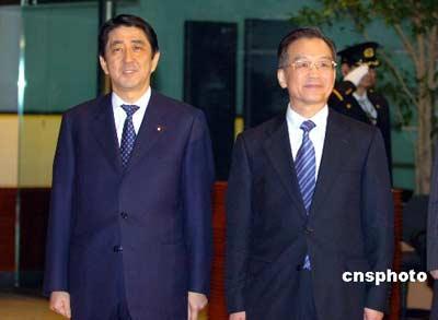 中国国务院总理温家宝十一日抵达东京访问,日本首相安倍晋三陪同温家宝总理前往参加在首相官邸庭院举行的欢迎仪式。 中新社发 王健 摄