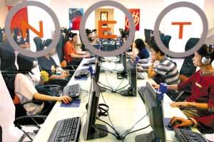 广州海珠区新港东路客村,网民在某网吧上网。这是第一家开业的全省连锁网吧。