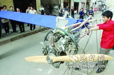 武汉大学生自制飞机欲飞天