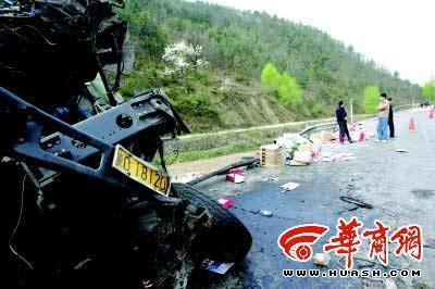 312国道K1402公里处发生一起车祸,车上散落的物品却遭附近群众和其他过