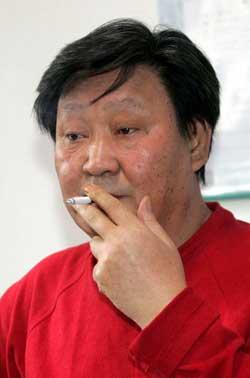 杨志刚的香烟一直不离手