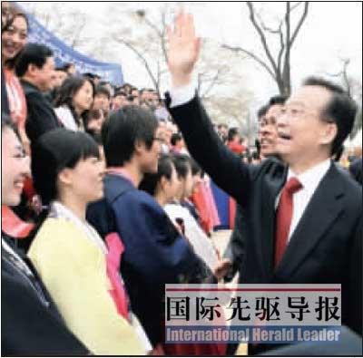 4月10日,温家宝总理与中韩青年会面时,向青年们挥手致意。