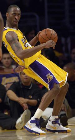 图文:NBA湖人110-118负于快船 科比控球