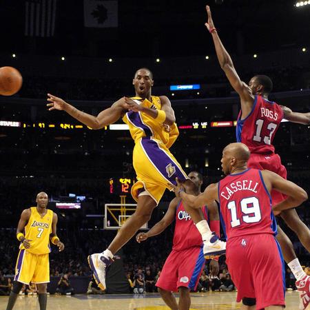 图文:NBA湖人110-118负于快船 科比分球