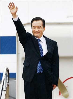 """4月11日,中国国务院总理温家宝抵达东京对日本进行为期三天的""""融冰之旅"""""""