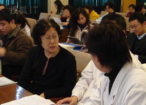 我国著名控烟专家杨功焕教授与专家讨论控烟问题