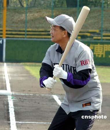 已经久违棒球场的温家宝总理兴致勃勃地挥棒击球