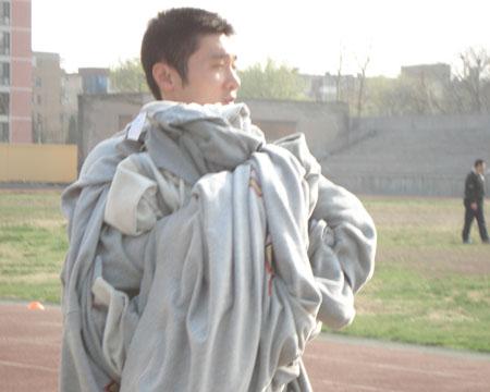 刘炜帮助拿球衣