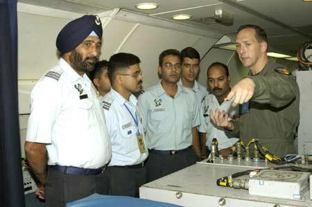 美印军事人员在联合军演中交流心得。本报资料图