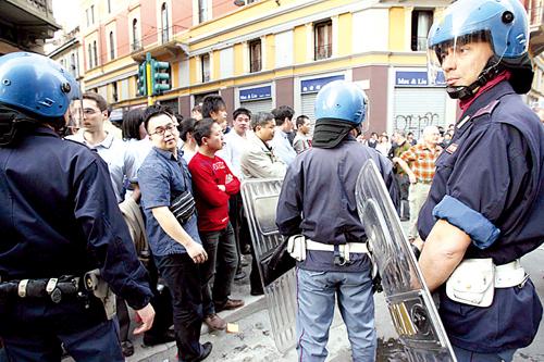 意警察殴打华人孕妇引发冲突(图)