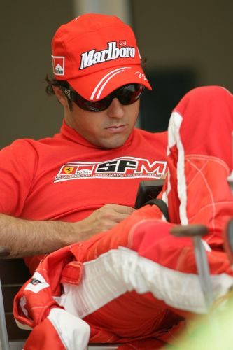 图文:[F1]巴林大奖赛练习 马萨很悠闲
