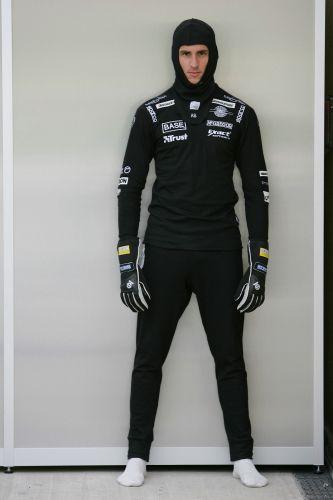 图文:[F1]世爵车手添新衣 苏蒂尔试穿新衣
