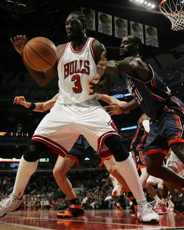 图文:[NBA]公牛胜山猫 大本钟接球单打