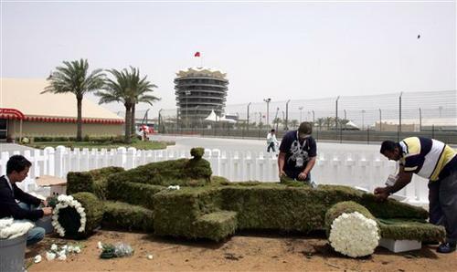 图文:[F1]巴林站练习 F1赛车盆景雕刻