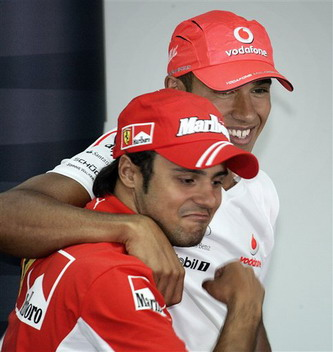 图文:[F1]巴林站练习 马萨与汉密尔顿嬉戏