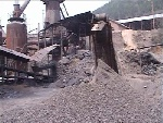记者停工的铝石炉旁用来生产的煤和矿石整齐的摆着,随时可以开工。