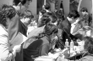 咨询台前围满了学生家长。本报记者 张斌 摄