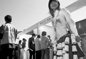 女生穿着自制的环保衣裙。本报记者 欧阳晓菲 摄
