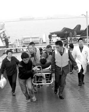 称在台州大陈岛东北方向,渔船上一渔民不慎落水,虽然已被船上的渔民