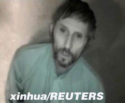 在这张4月14日拍摄的电视截图中,一名自称为埃里克的法国人质向法国政府求助。当日,路透社得到一盘VCD,内容是两名被阿富汗塔利班武装人员绑架的法国人质恳请法国政府答应绑架者要求,否则他们会被处死。 新华社/路透